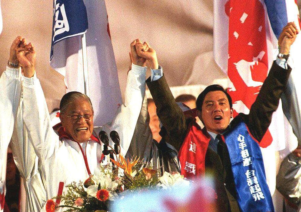 李登輝選舉時牽過馬英九的手。圖/聯合報系資料照片