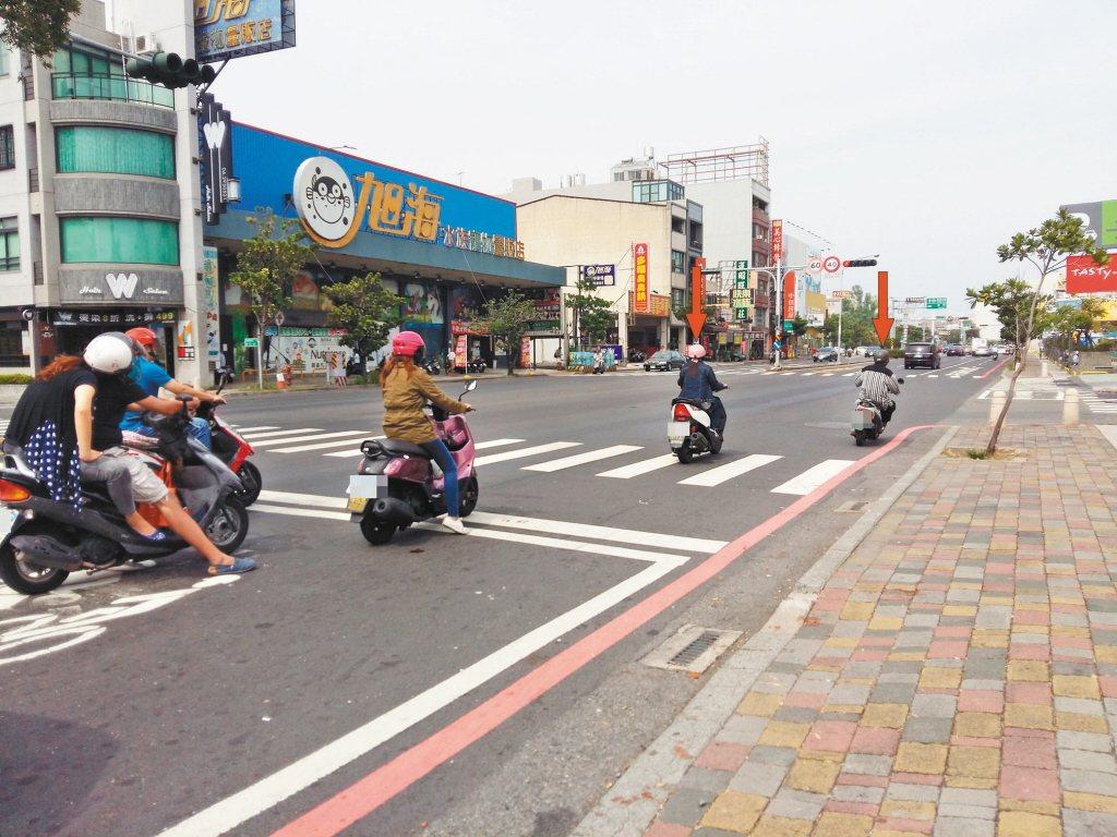 機車騎士停等紅燈時,將車輛停在斑馬線、壓在白色停止線,都會開罰。圖/台南市交通局...