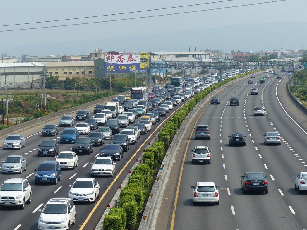 在國道行駛內側車道是超車使用,龜速車可是會吃上罰單。圖/聯合報系資料照片