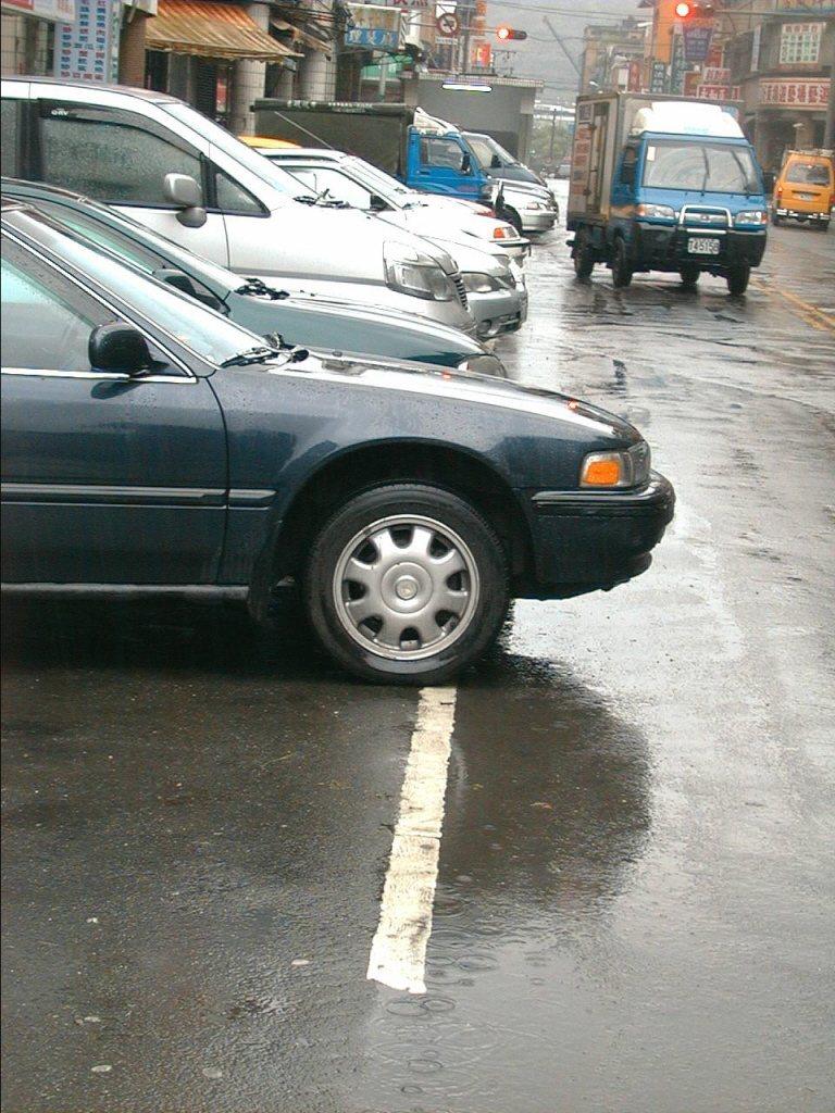 多數人的認知是白線可以停車。不過卻有民眾停在白線上仍收到違停罰單。圖/聯合報系資...