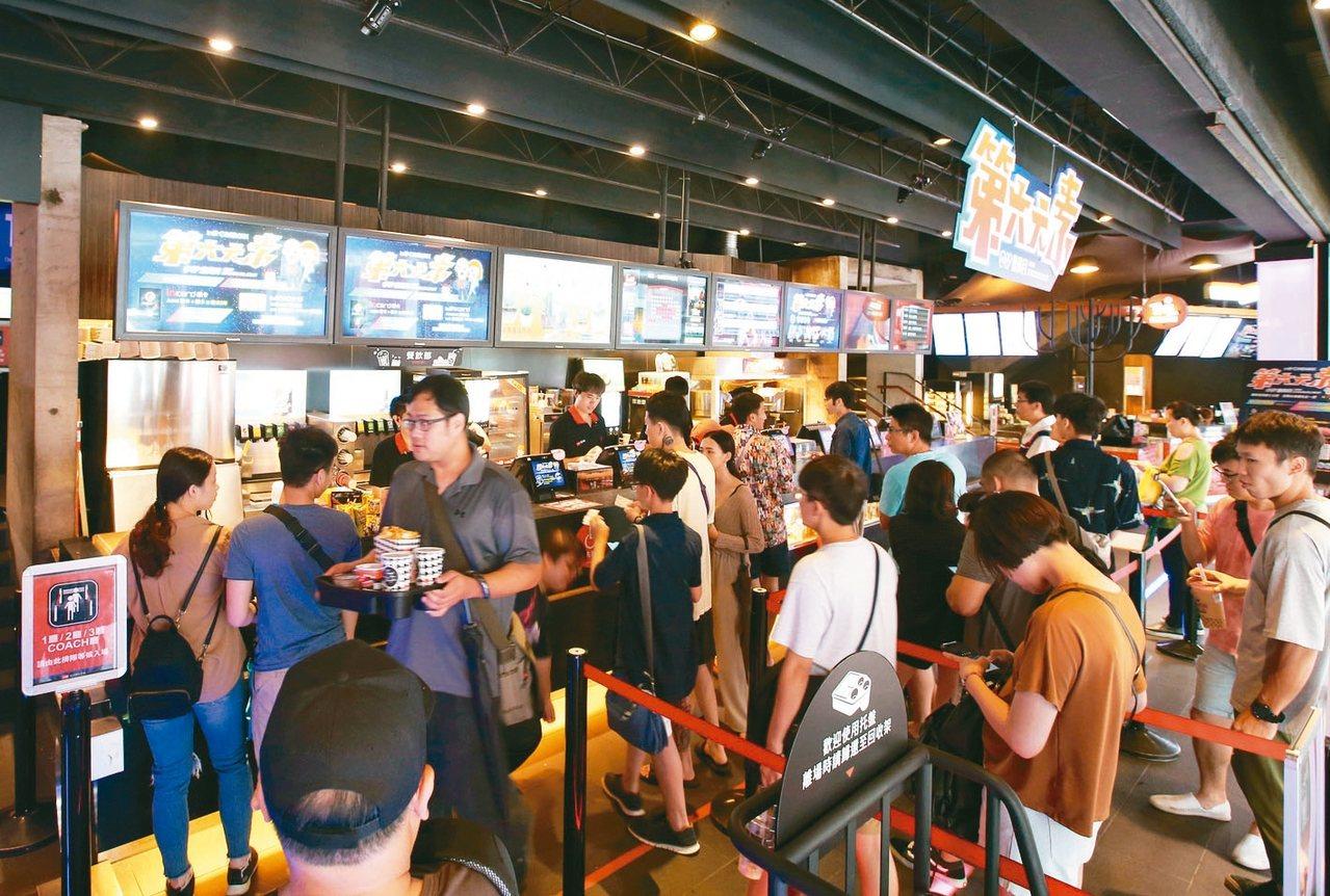 放颱風假只要遇上風雨不大,電影院都照常開放,人潮爆滿。 圖/聯合報系資料照片
