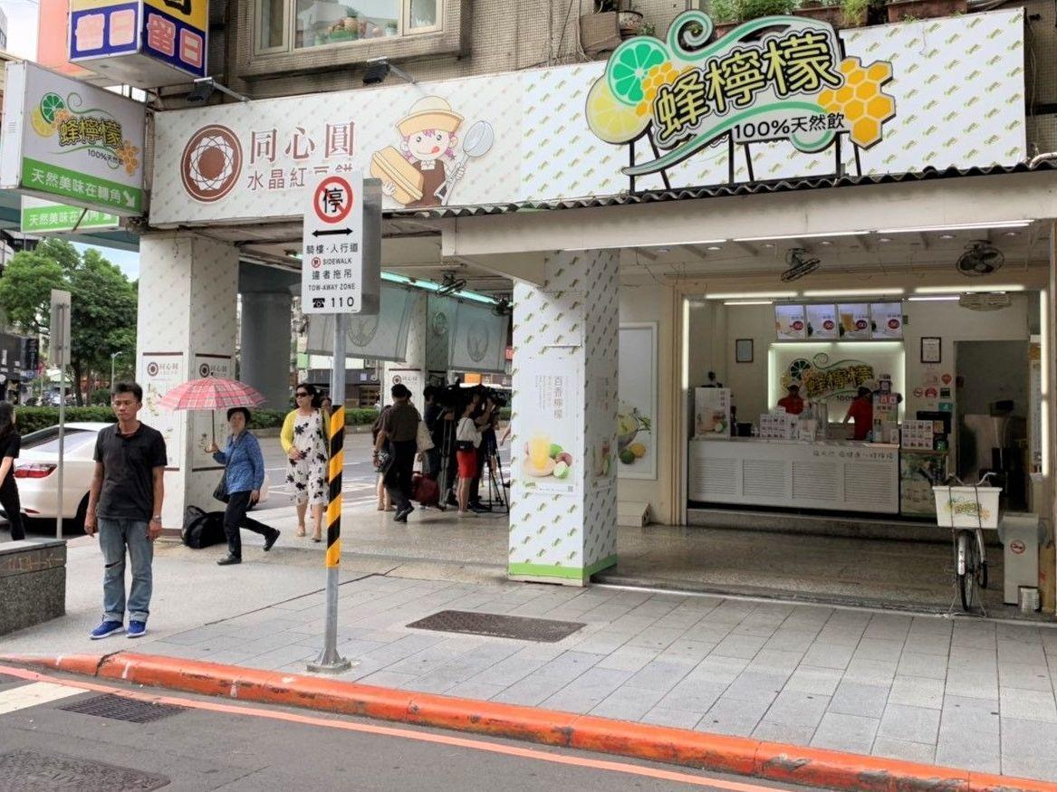 為了填補多出來的空間及房租,陳家將店面隔出空間賣起飲料。(圖/黃健誠攝)