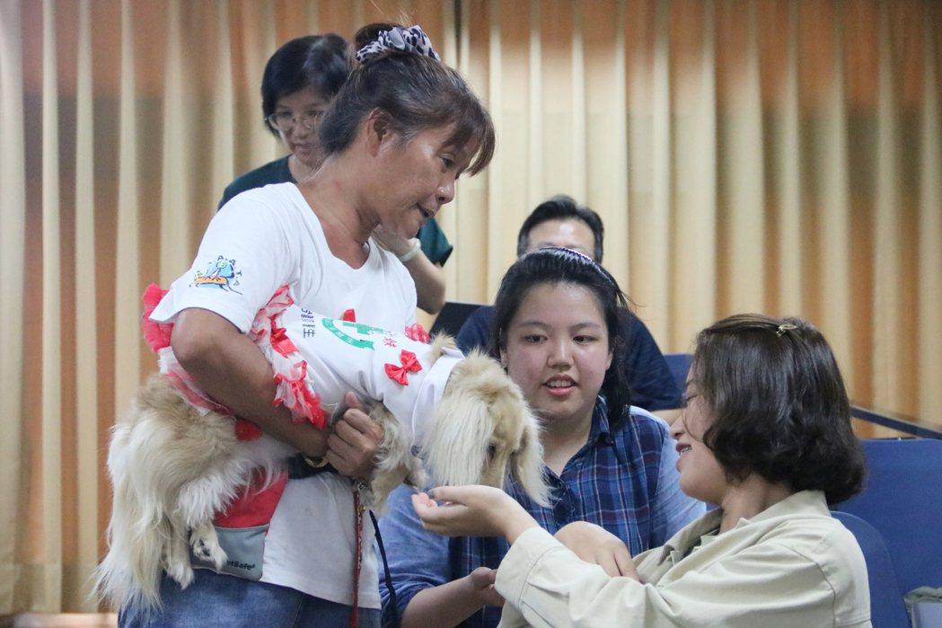 弘光科大辦動物輔助治療課程,導入多元長照服務。 弘光科大/提供。