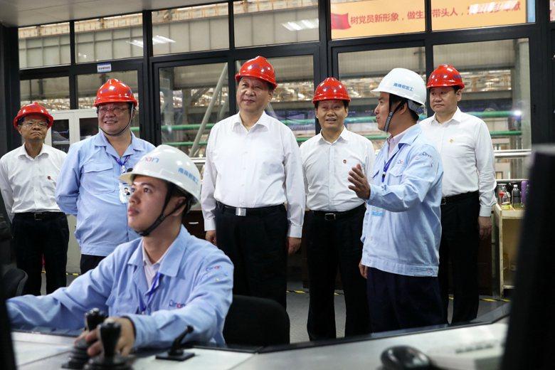 習近平曾強調,會毫不動搖地發展公有制經濟,且毫不動搖地鼓勵、支持、引導、保護民營經濟發展。 圖/新華社