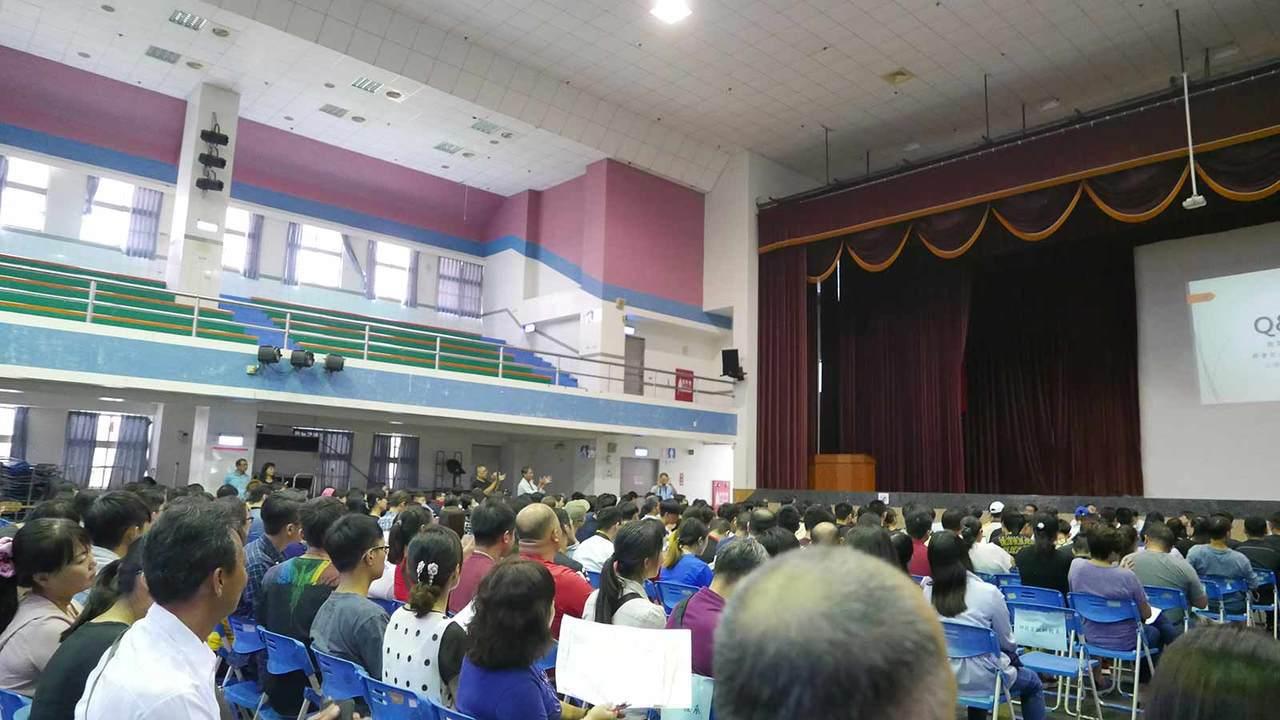 在舉辦轉學說明會的現場擠滿了學生與家長,卻不見學校高層蹤影,只有教育部官員出面收...