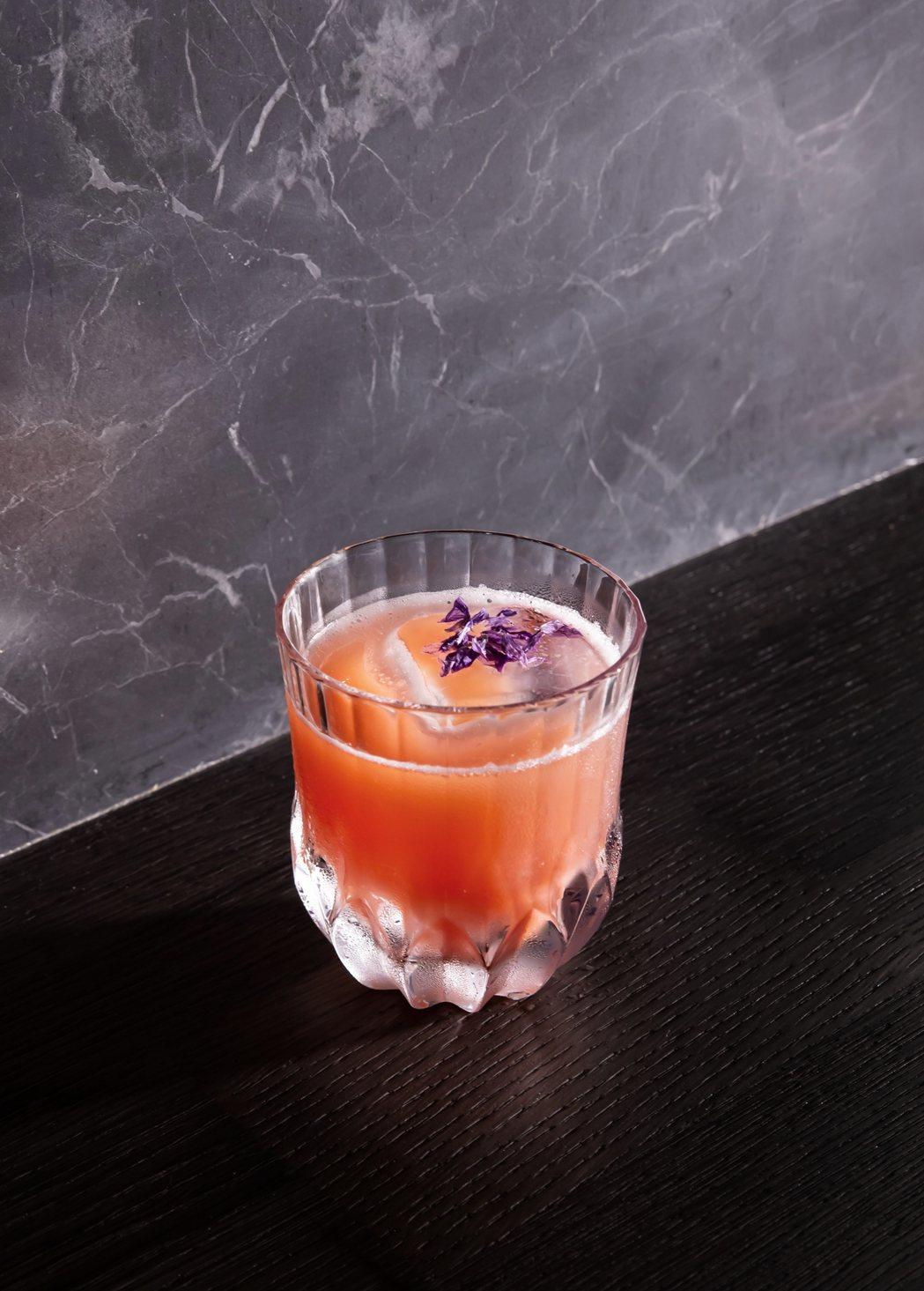 KAVALAN WHISKY BAR也提供無酒精飲品選擇-水果包種茶。業者/提供