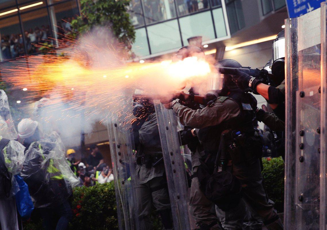 當天下午開始,遊行集會又轉回過去反送中運動的緊張氣氛。圖為警方發射催淚彈。 圖/...