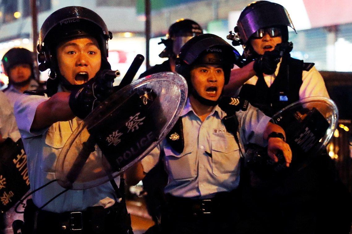 25日香港反送中的荃葵青衝突,一名員警在被示威者追擊之下更拔出配槍、對空鳴槍示警...