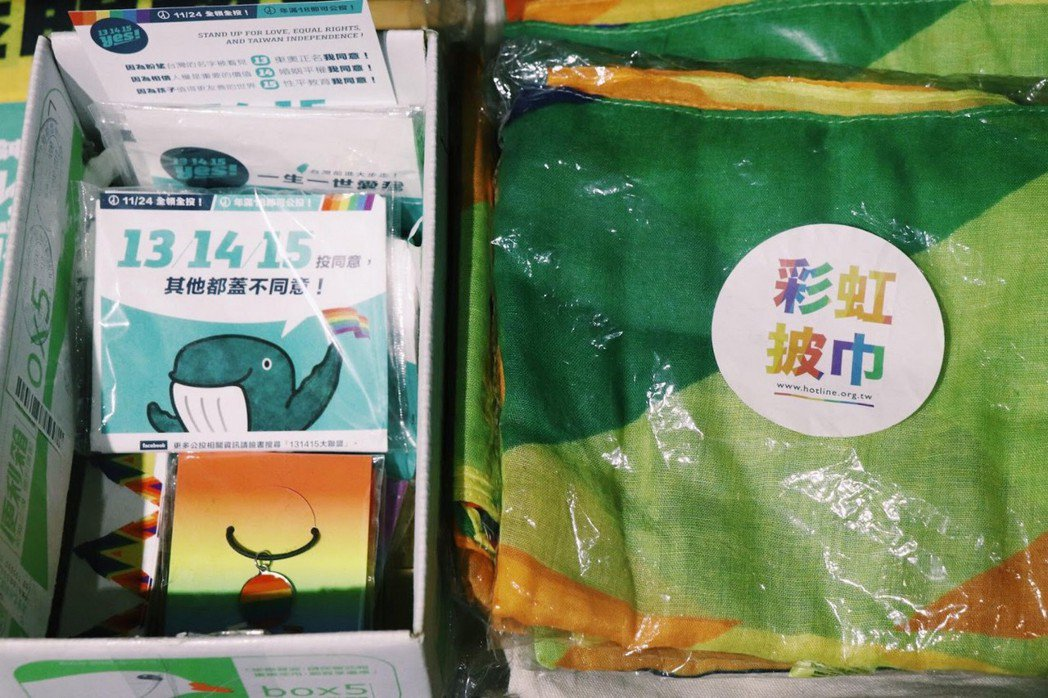 店內擺放的彩虹小物和用品。  圖/張紫涵攝影