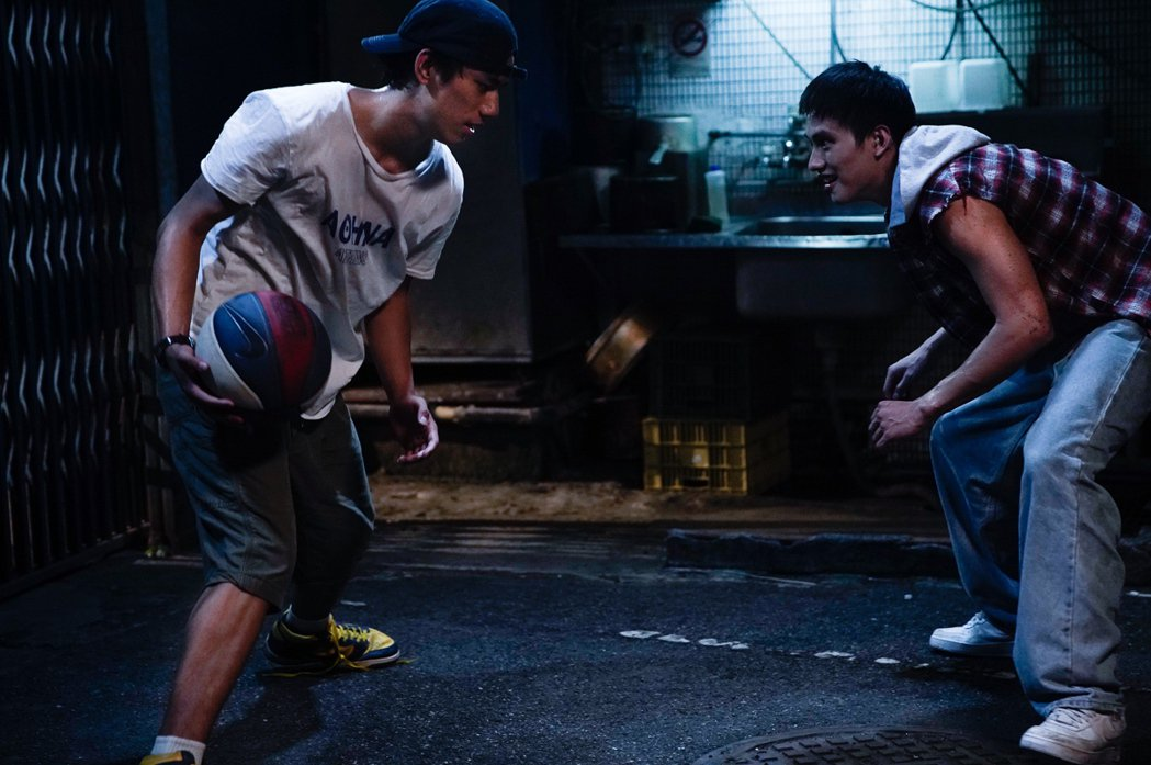 范少勳(右)、朱軒洋(左)拍攝「下半場」以籃球對決,戲外培養出深厚情誼。圖/逆光...