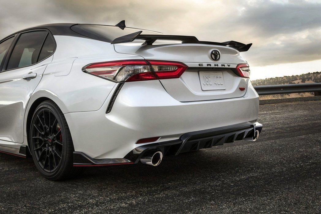 Camry裝上TRD的尾翼和下擾流,充分展現肅殺感。 摘自Toyota