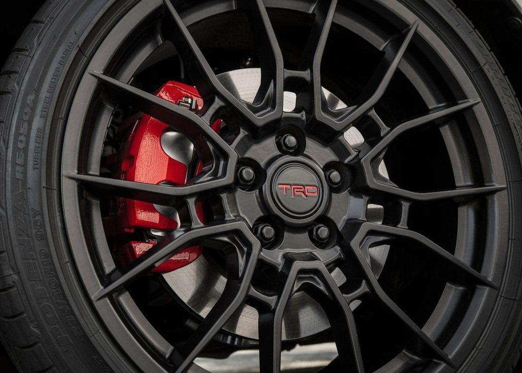 特製的19吋TRD鋁圈和雙活塞煞車卡鉗。 摘自Toyota