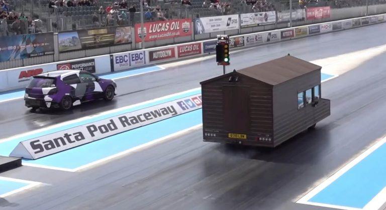 在一場1/4mile的直線加速賽中以15.495秒的成績贏過了對手的Vauxha...