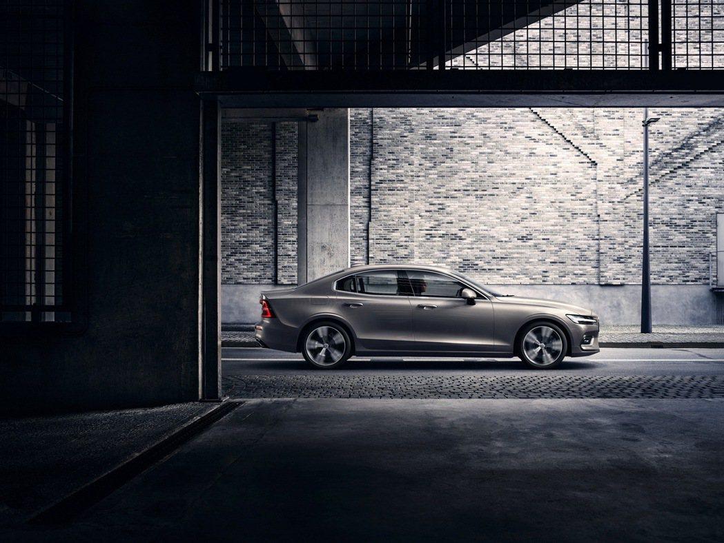 全新 S60 車側飽滿肩線與深邃立體的車門折線貫通全體,搭配外張輪拱突顯力量感,...