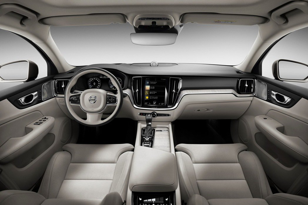 VOLVO 在車艙設計與布局細節皆透過完美比例、智慧科技與北歐斯堪地那維亞式奢華...