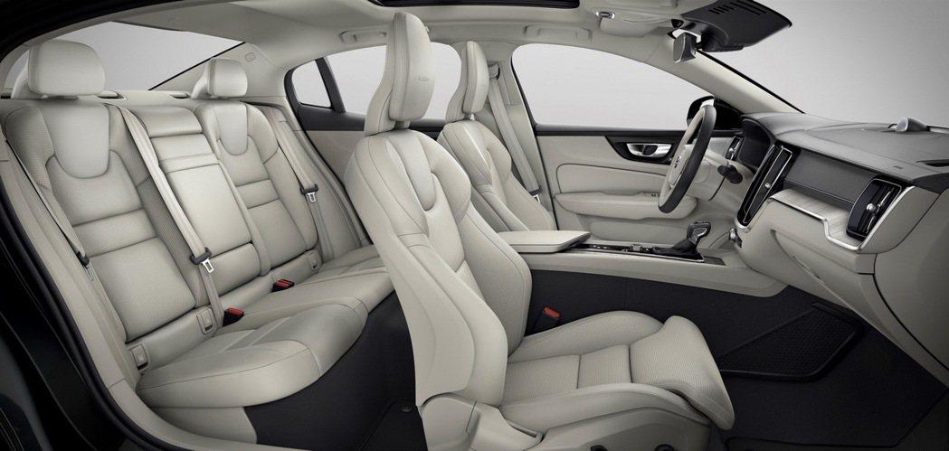 受惠 SPA 平台的 2,872mm 旗艦級軸距水準,讓全新 S60 擁有寬敞舒...
