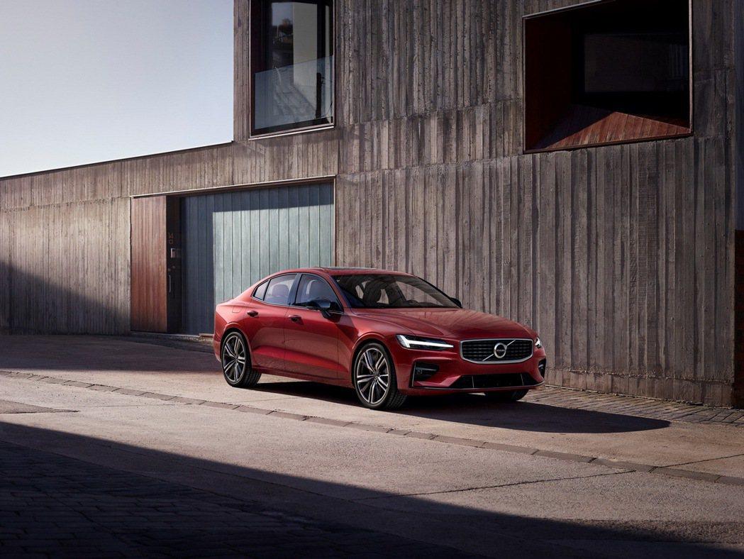 The New S60 T5 R-Design 車型擁有專屬內裝與外觀套件,包含...
