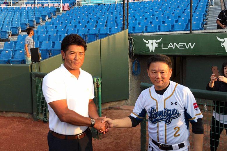 日本國家隊總教練稻葉篤紀與洪一中合照。 圖/作者自攝