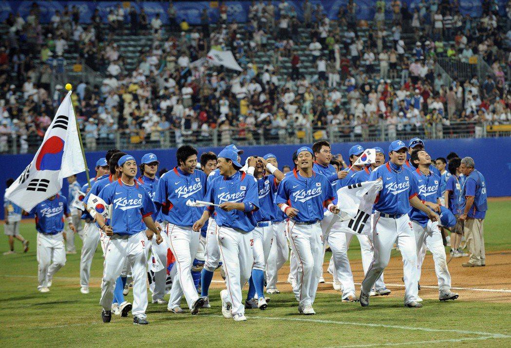 2008年北京奧運韓國隊奪冠畫面。前排左3即為強打者李承燁。 圖/新華社
