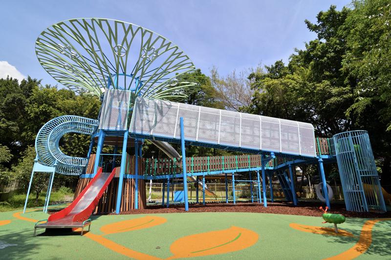 士林前港公園,融合大樹棣井和高塔滑梯的「天空樹遊戲場」。 圖/北市公園處提供