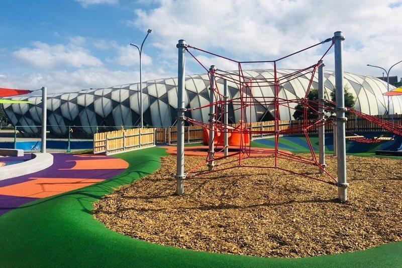 北市首座身障者也可玩的共融式遊具場。 圖/北市公園處提供