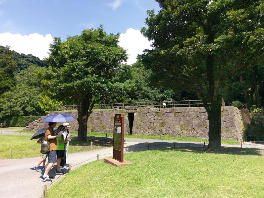 前方石牆垣處即為反射爐遺跡