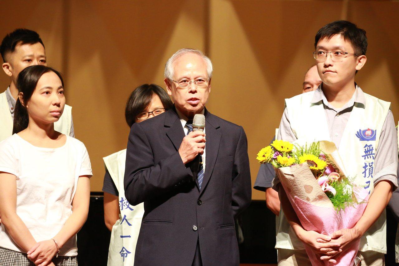 慈濟骨髓幹細胞中心主任楊國梁(中)說今年至今,全台已完成193例骨髓幹細胞移植手...