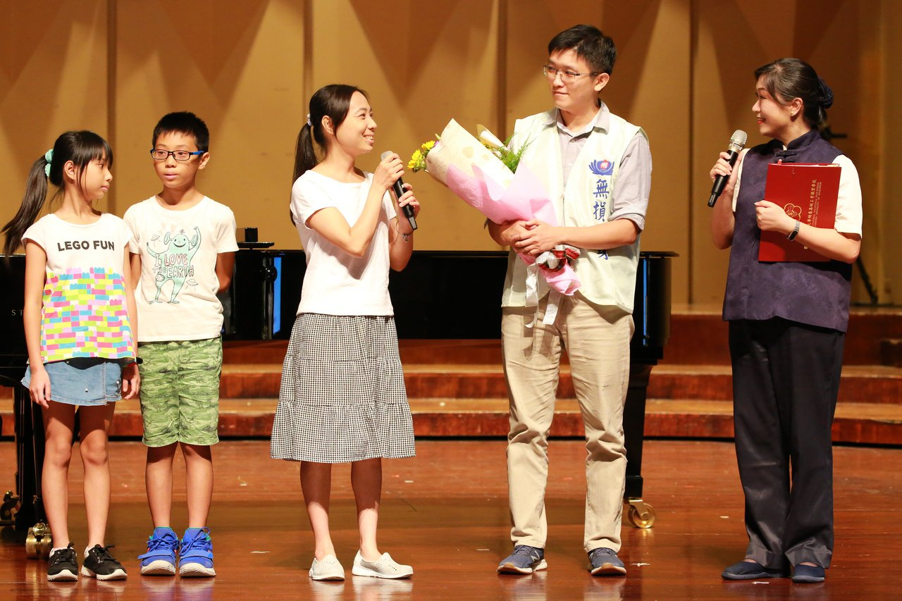 彰化縣2個孩子的女子陳雅君(左3)送上花束,感謝沈士皓7年前捐贈骨髓幹細胞,讓她...
