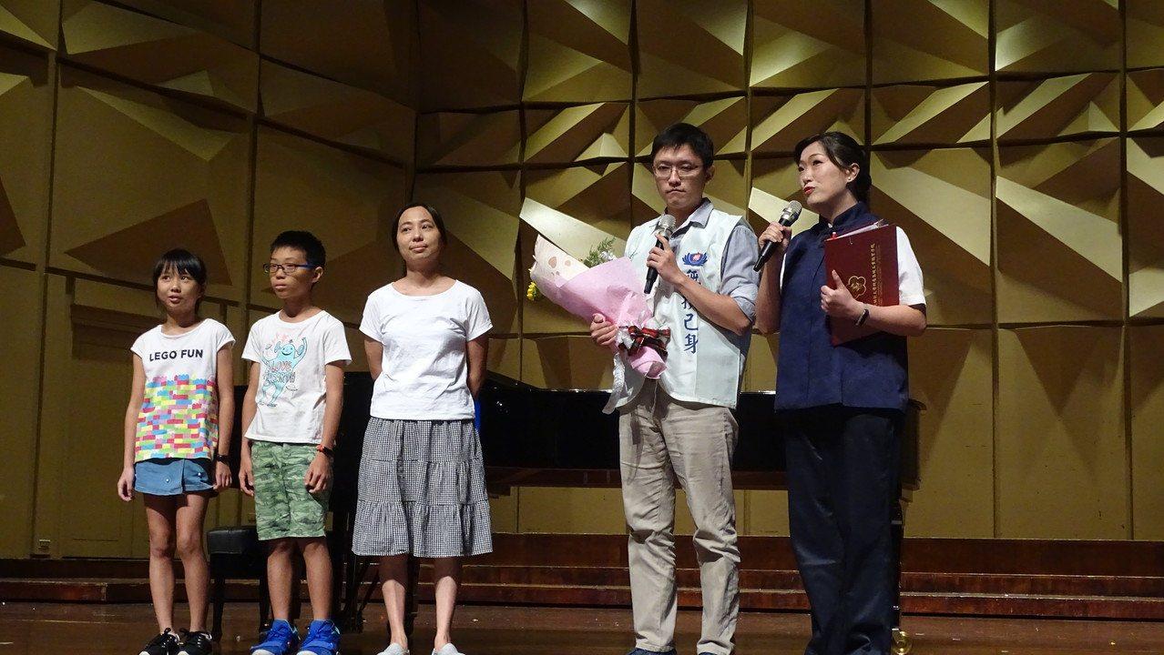 台中市從商的沈士皓(右2)回憶他念大學二年級時,決定簽同意書捐贈骨髓幹細胞的心情...