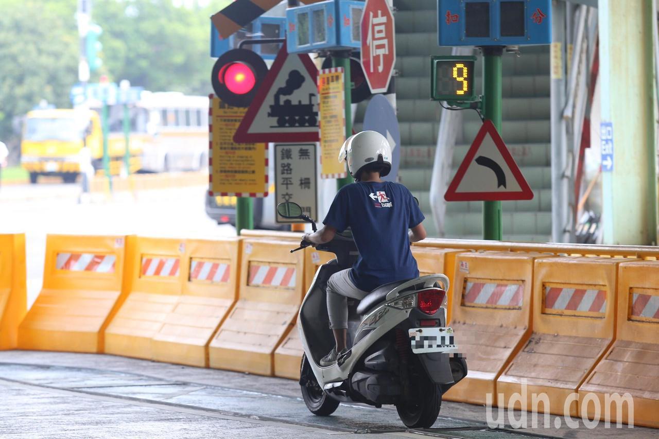 為提升機車騎士行車安全,9月開始民眾需在交通部公路總局建置機車危險感知教育平台完...