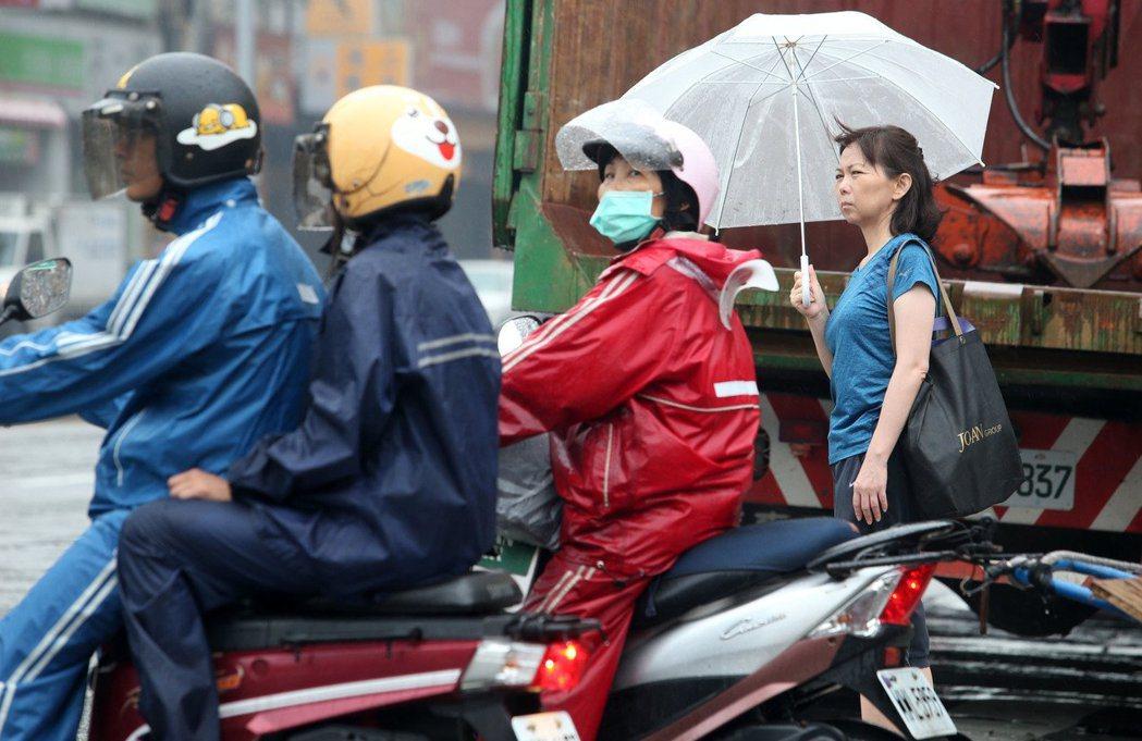 中央氣象局說,周四一直到下周日,中南部跟東部要留意降雨。聯合報系資料照