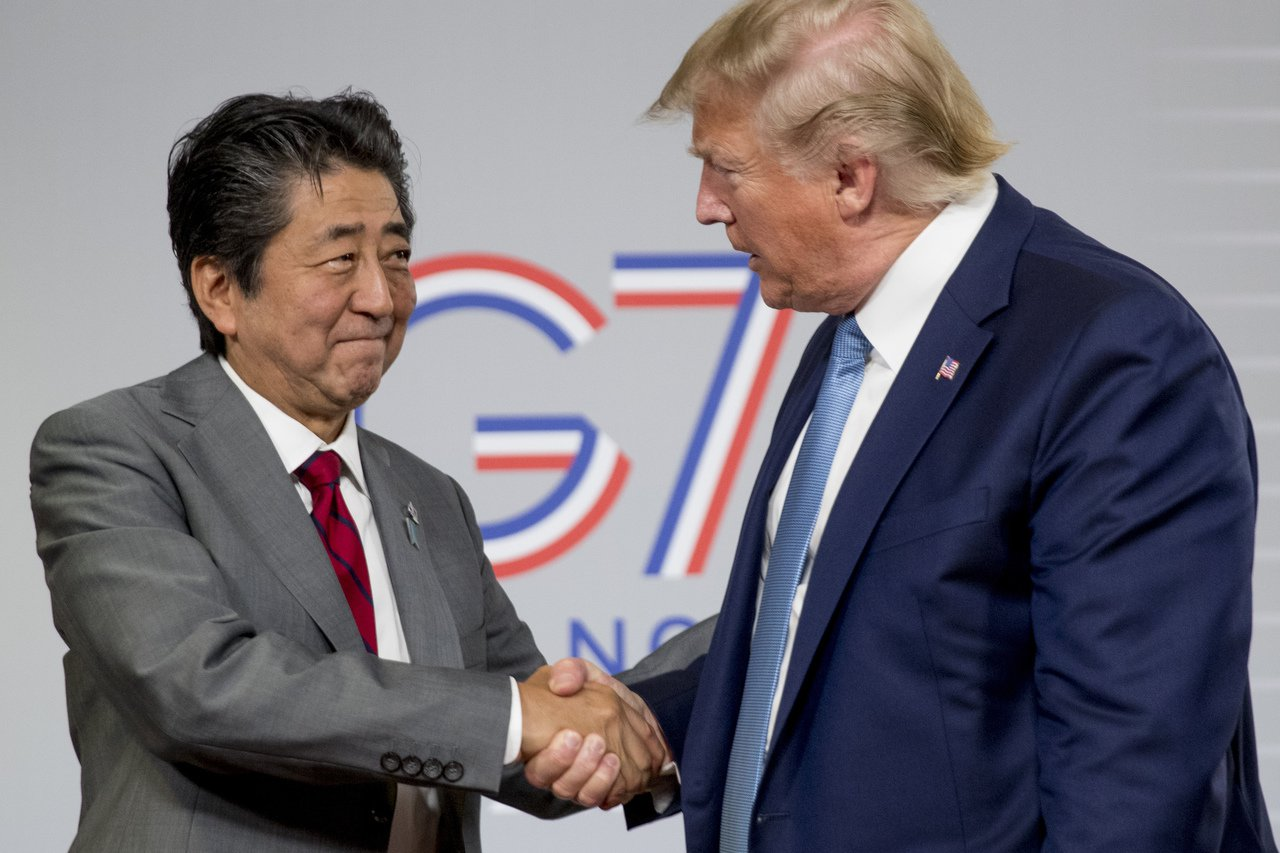 美國總統川普與日本首相安倍晉三在G7峰會會晤。 美聯社