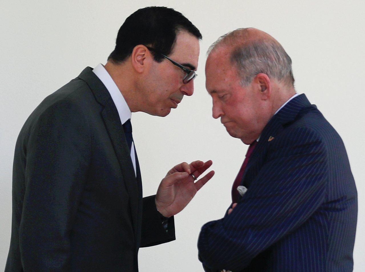 美國總統川普的幕僚,財長米努勤(左)和經濟顧問庫德洛(右)25日上電視解釋,川普...