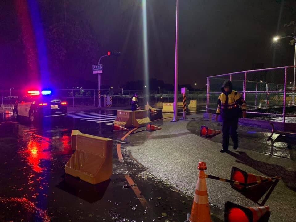 白鹿颱風離開後,永康區反而刮起風雨吹倒路障、圍籬,員警清理。圖/警方提供