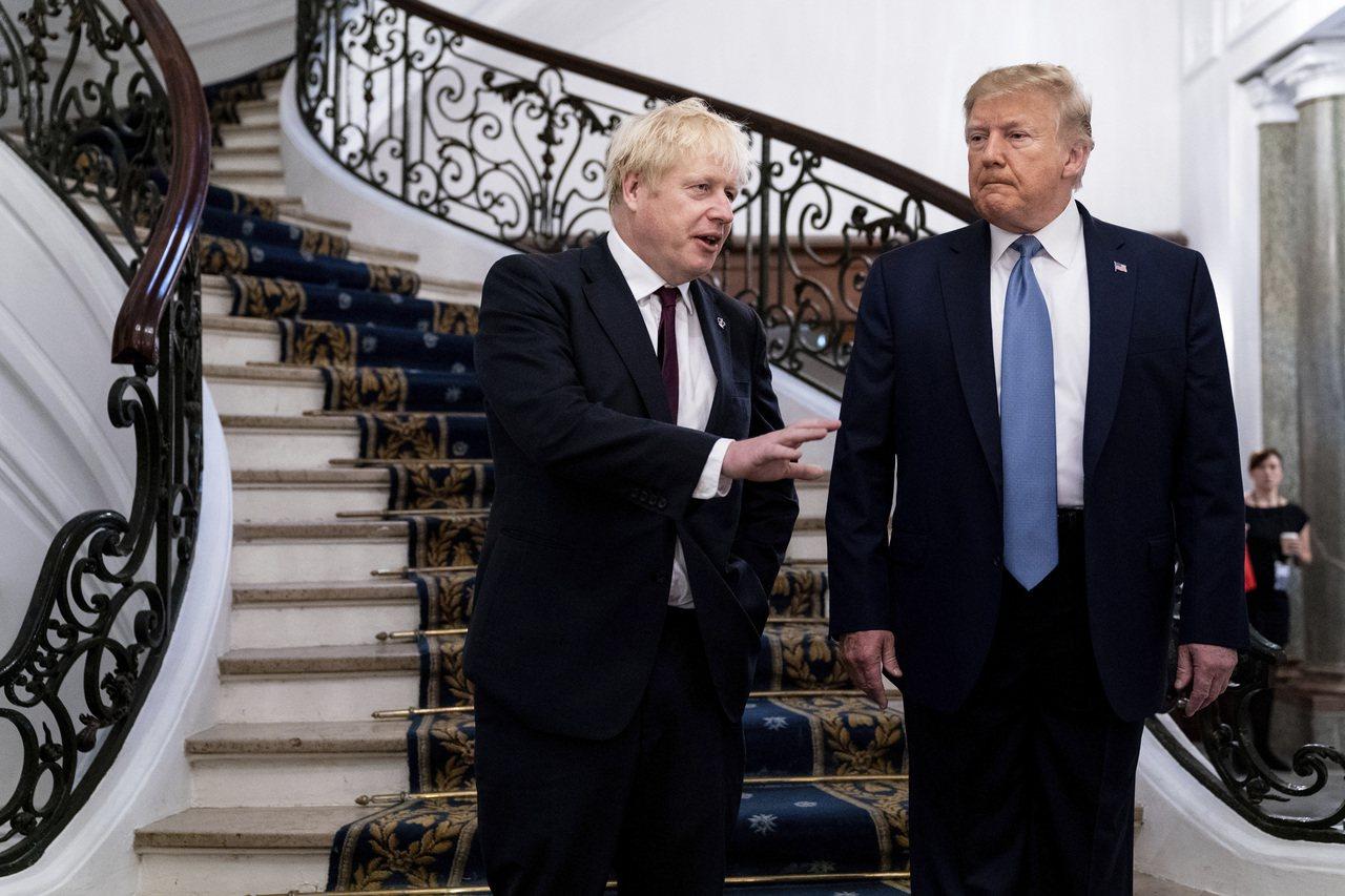 美國總統川普(右)在G7峰會上與英國首相強森會晤。 美聯社
