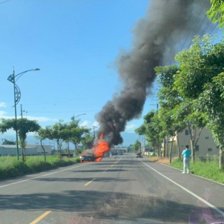 雲林縣莿桐鄉今天上午發生一起火燒車意外。圖/讀者提供