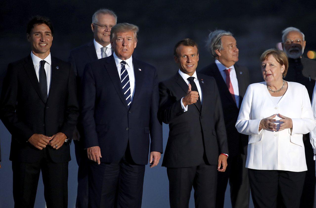 七大工業國峰會25日在法國比亞里茲舉行,前排左起為:美國總統川普、法國總統馬克宏...