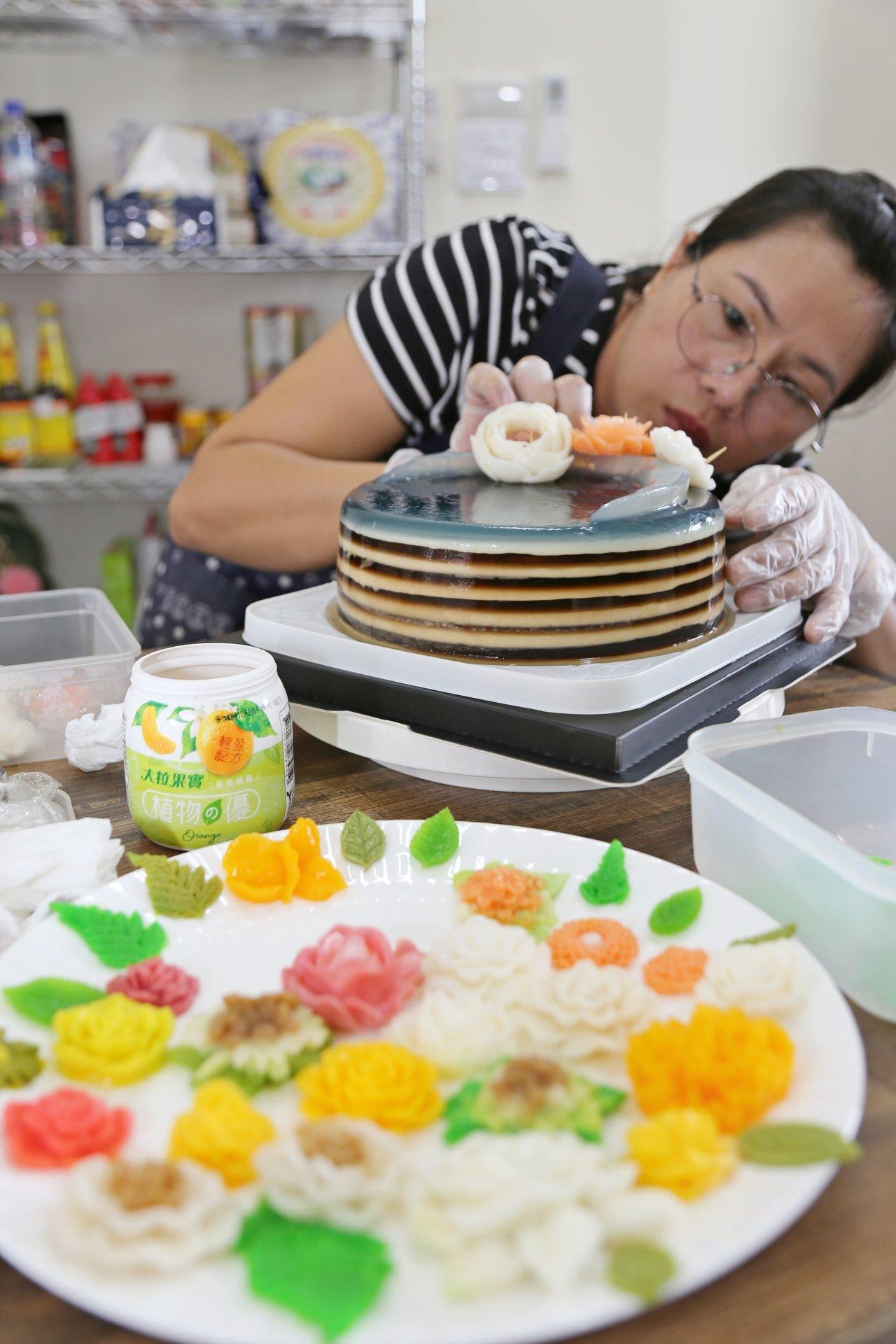 單親媽越南新住民陳范清姮,以玫瑰花立體果凍,開展脫貧人生。圖/縣府提供
