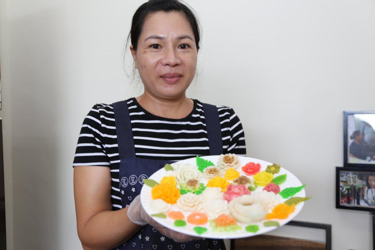 單親媽越南新住民陳范清姮,以玫瑰花等造型立體果凍,開展脫貧人生。圖/縣府提供