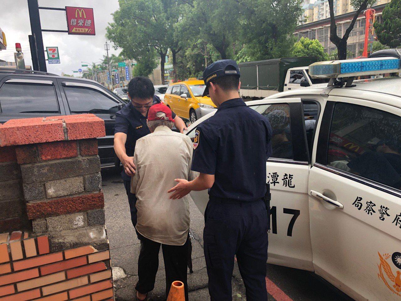 桃園市80歲黃姓老翁,今天清晨外出散步時迷途,警方獲報在產業道路草叢,尋獲體力不...