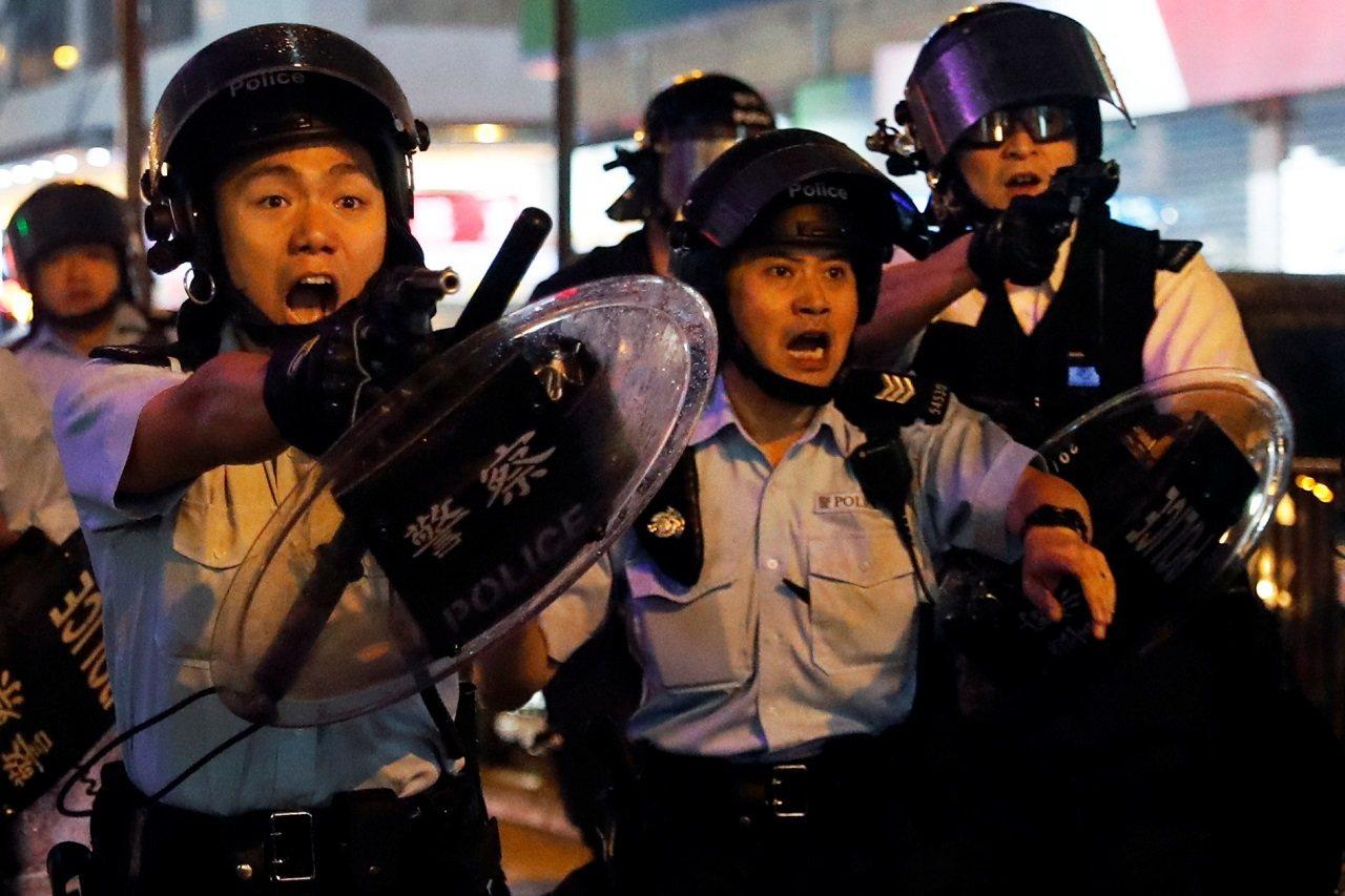 香港「反送中」運動進入連續第12個周末上街示威抗議,25日晚間再度爆發激烈警民衝...