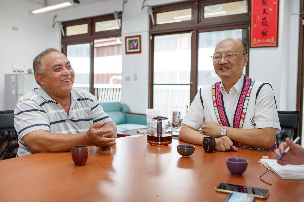 那瑪夏民權國小學務主任林國仁(左)與前任校長吳國正。圖/台達電子文教基金會提供
