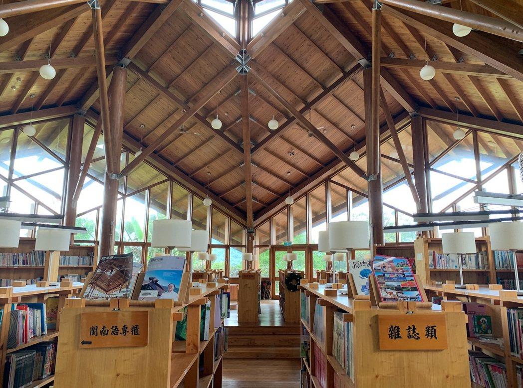 那瑪夏民權國小圖書館是一棟永續綠建築,內部採光良好。記者黃昭勇/攝影