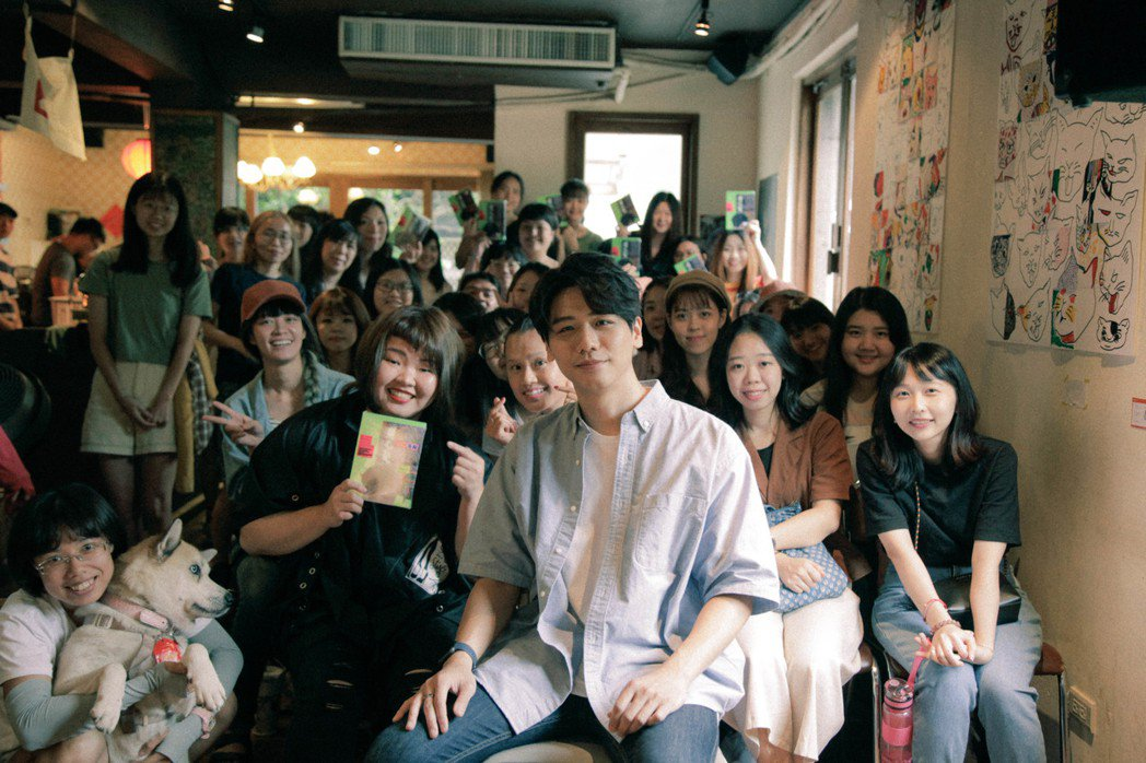 蔡旻佑(前)與粉絲相聚。圖/何樂音樂提供