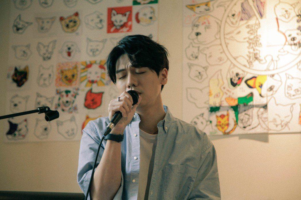 蔡旻佑在公益音樂會演出,救助流浪貓狗。圖/何樂音樂提供