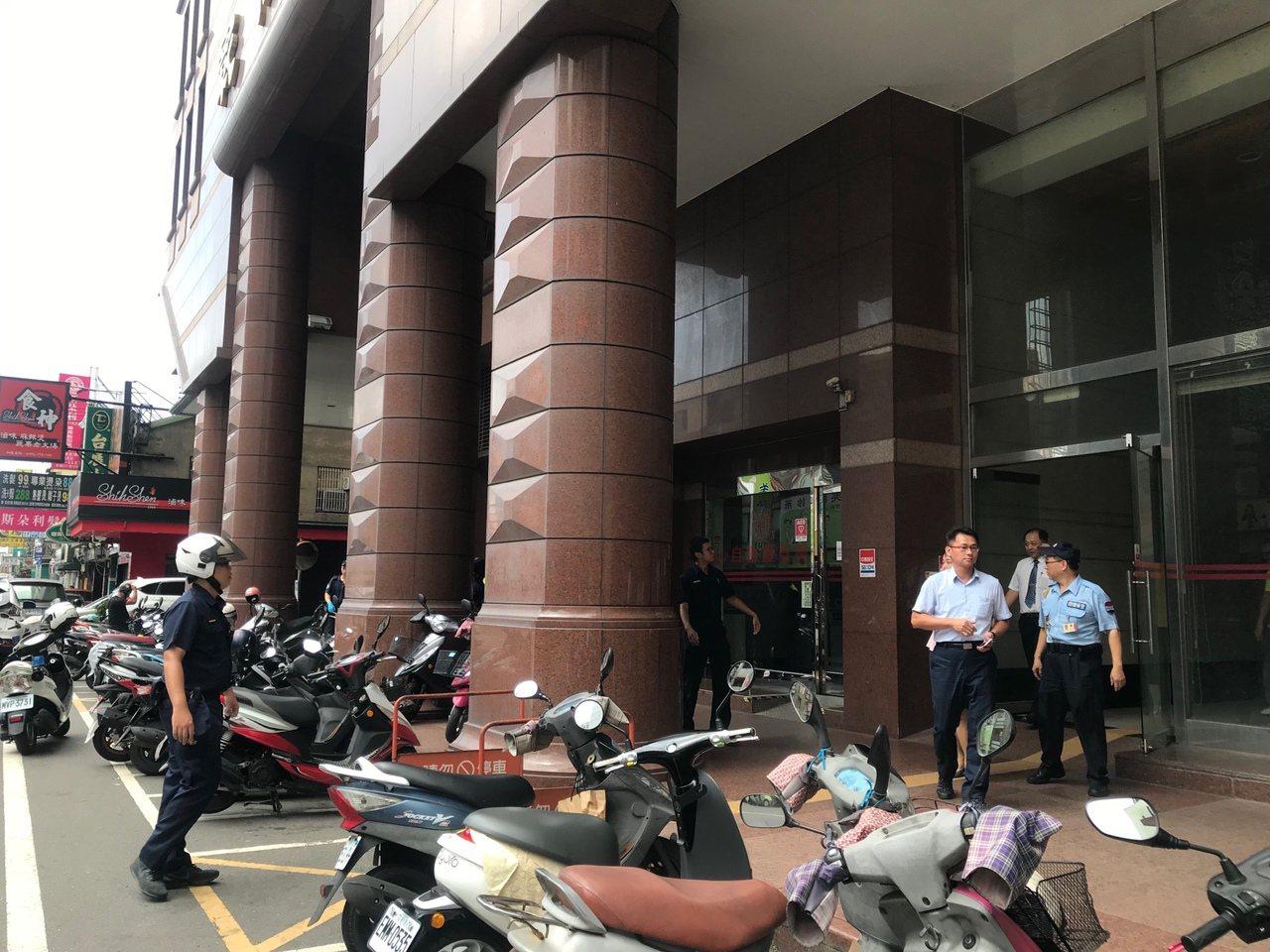 彰化市六信銀行今天中午發生搶案,一名男子持槍闖入銀行櫃台喊「搶刼」,警方據報圍捕...