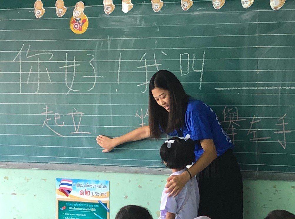 中原大學應華系學生前往泰國小學實習,增加華語文教學的實務經驗。圖/中原大學提供