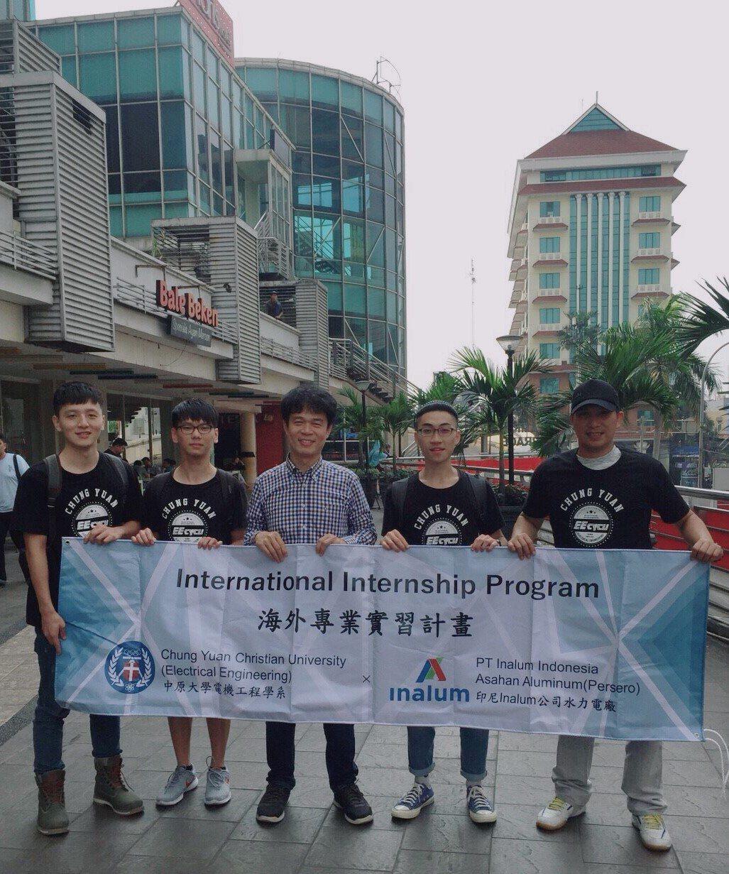 電機系李俊耀老師(圖中)帶領學生,到印尼水力電廠進行為期1個月的實習。圖/中原大...