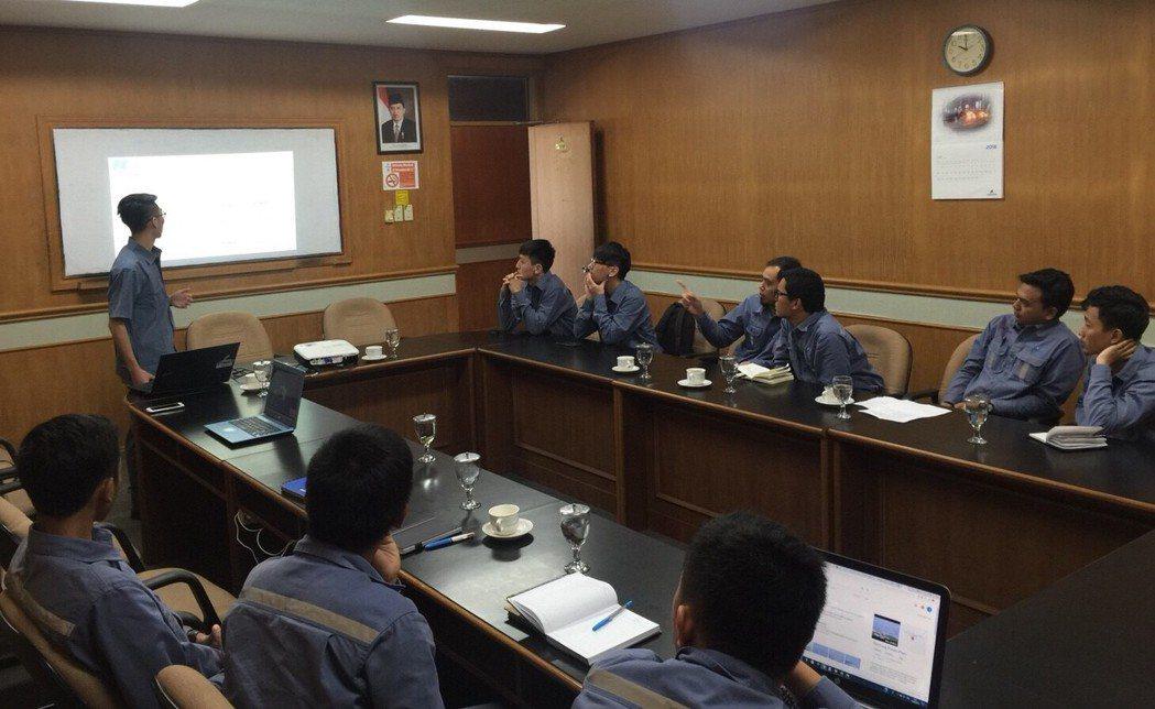 電機系學生至印尼水力電廠實習,並在該公司例行會議簡報。圖/中原大學提供