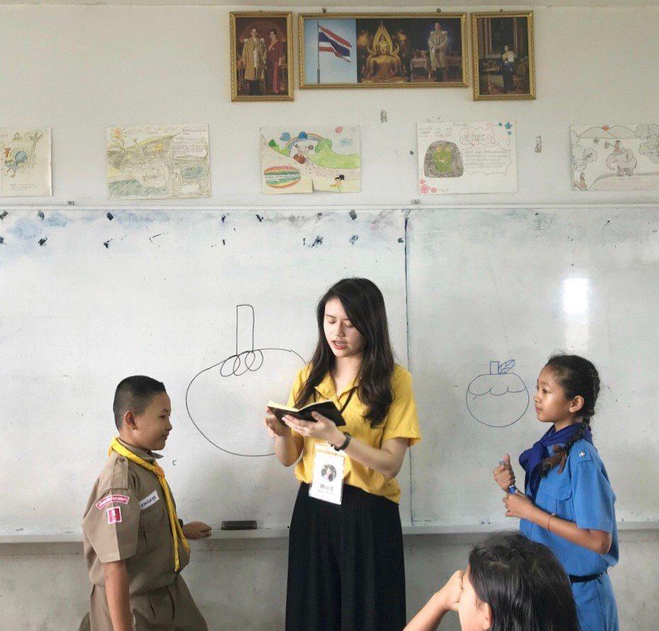 中原大學應華系學生魏以佳(圖中),將繪畫融入華語文教學,增加孩童學習興趣。圖/中...